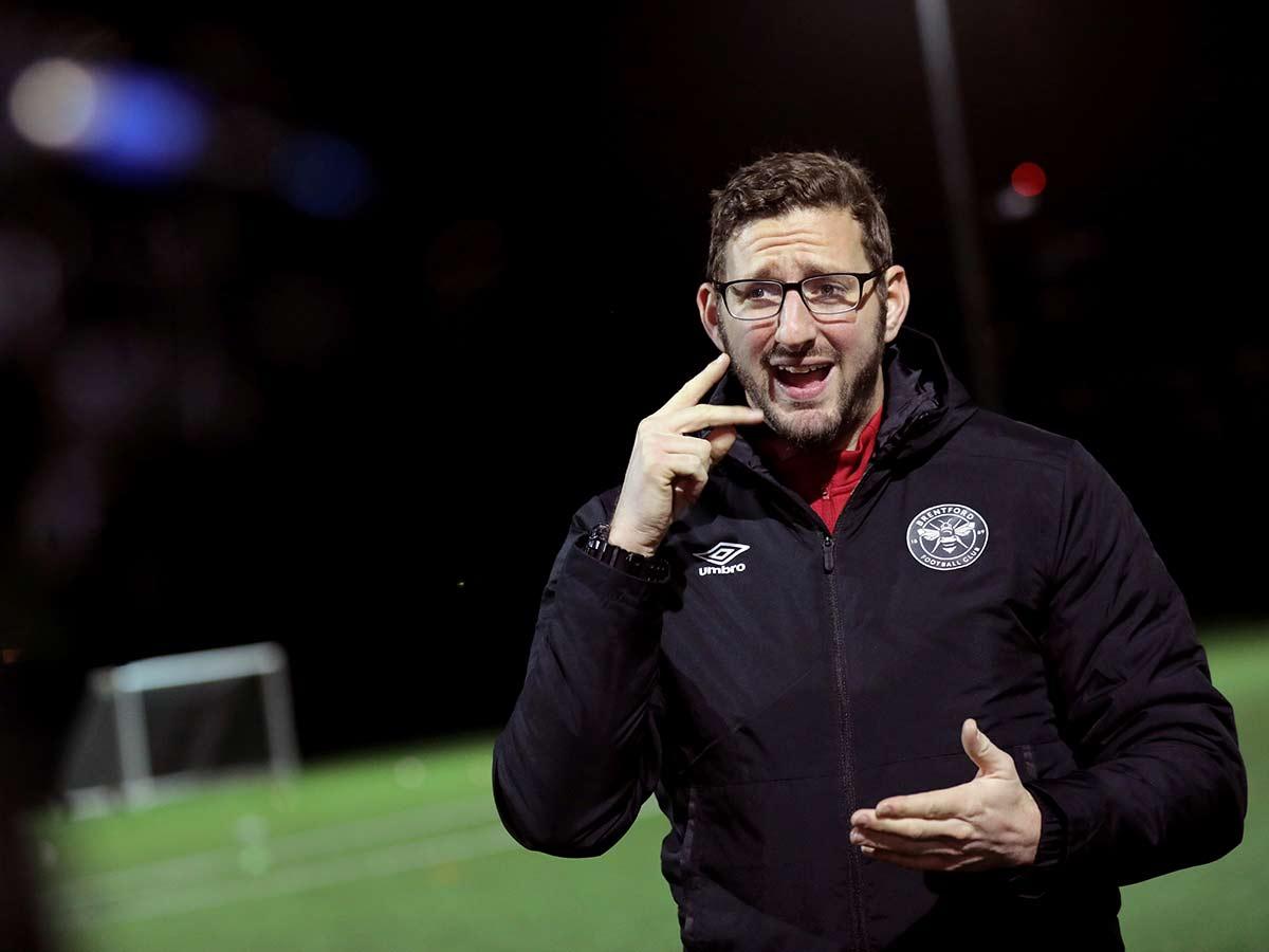Un entrenador demuestra que la sordera no afecta a su labor en el banquillo.
