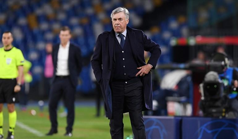 Napoli destituyó a Carlo Ancelotti como su técnico pese a clasificar a octavos de la Champions.