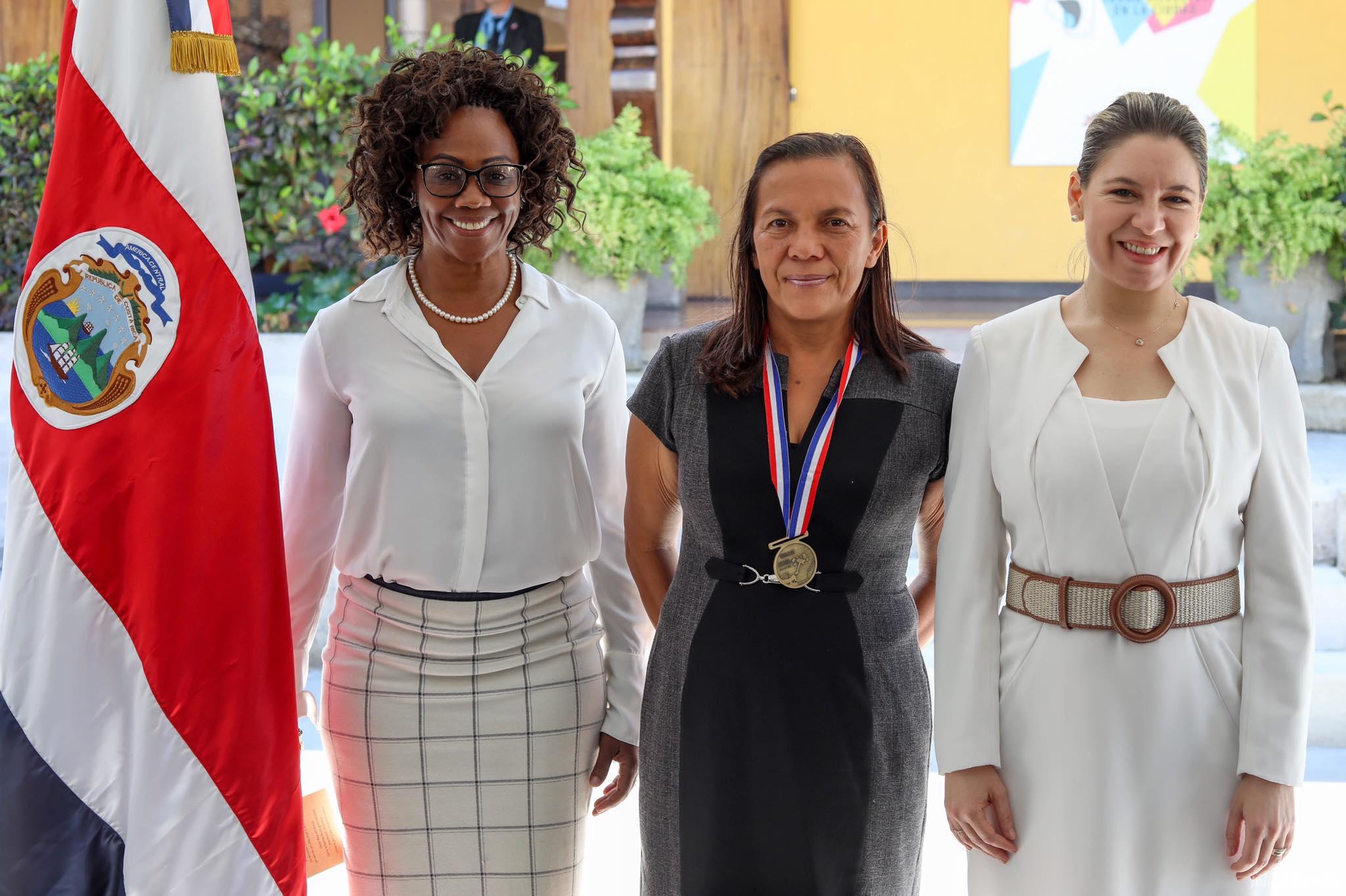 Dixiana Mena, entrenadora de sus hijas Noelia y Andrea Vargas, recibió la condecoración al Mérito en la Paz y en la Democracia.
