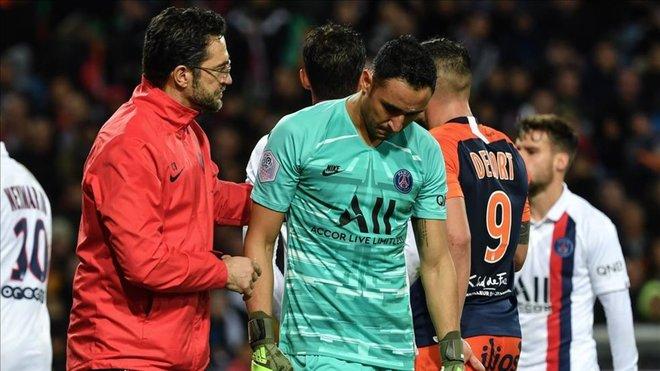 Keylor Navas fue golpeado por una botella lanzada desde la grada en el juego del PSG ante Montpellier.