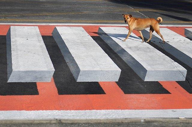 Ilusión óptica: la estrategia de Tailandia para hacer que los conductores se detengan en los pasos peatonales.
