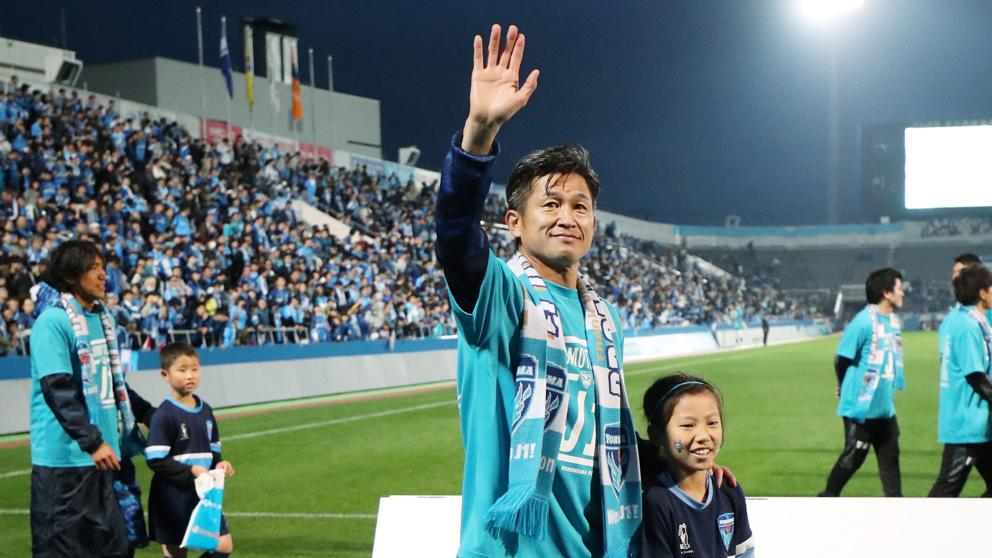 Japonés de 52 años sigue activo como futbolista profesional y renovó hasta diciembre.