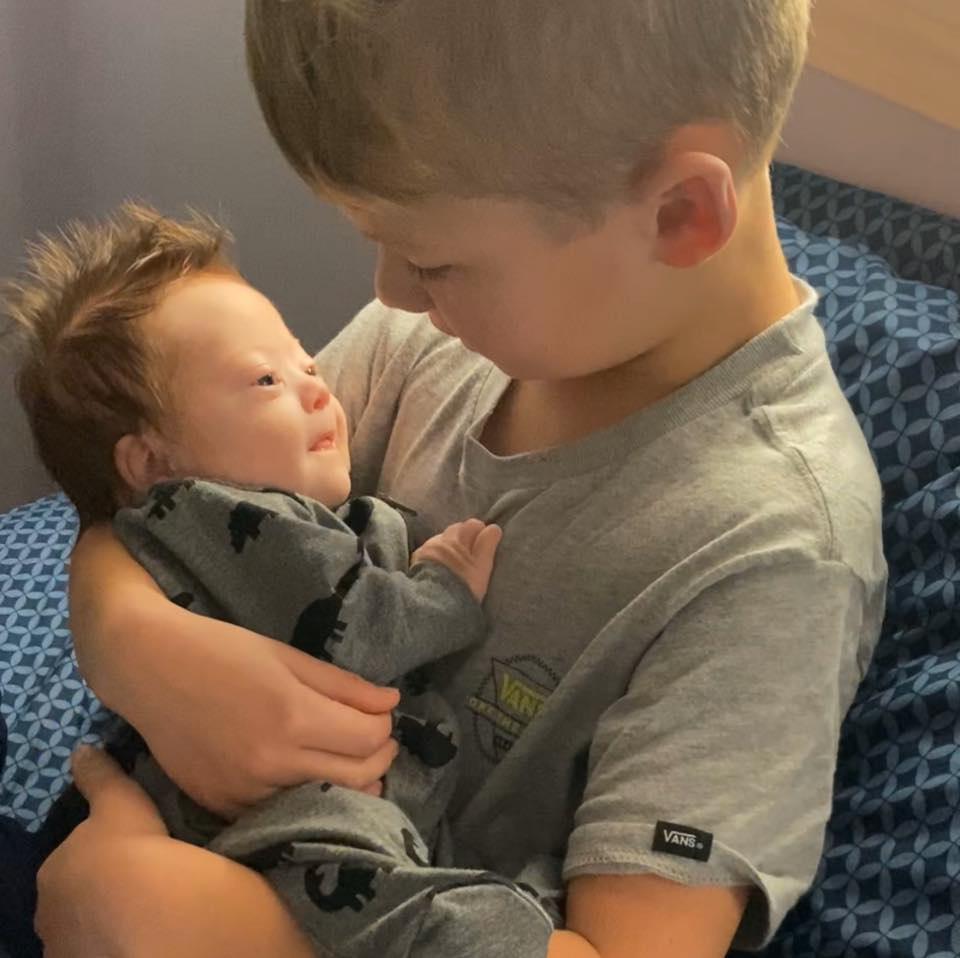¡Conmovedor! Un niño de seis años le canta a su hermanito recién nacido con Síndrome de Down