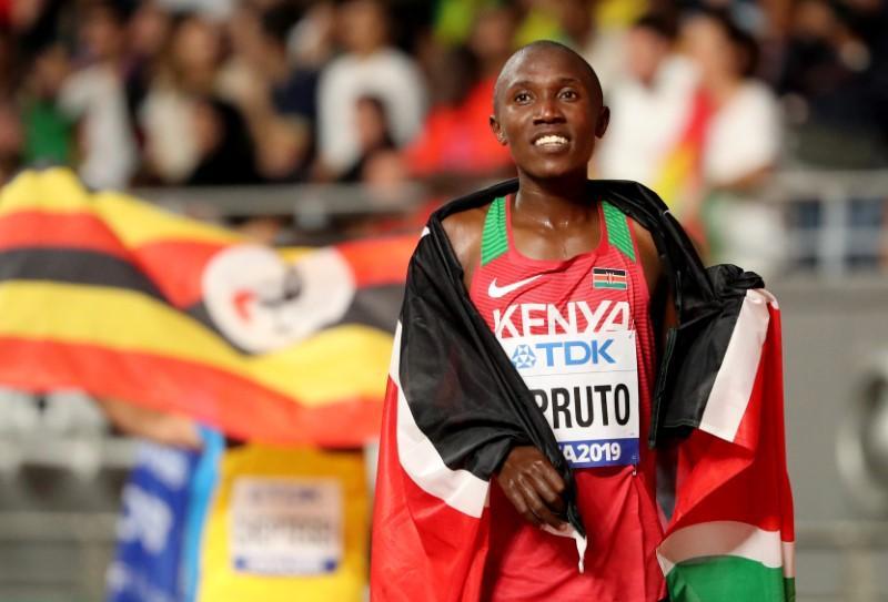 El keniano Rhonex Kipruto rompe el récord del mundo de los 10 km en Valencia.