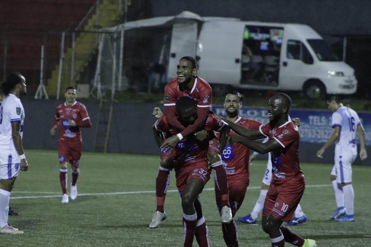 Santos golea a un Universitarios que sigue en «cuidados intensivos».