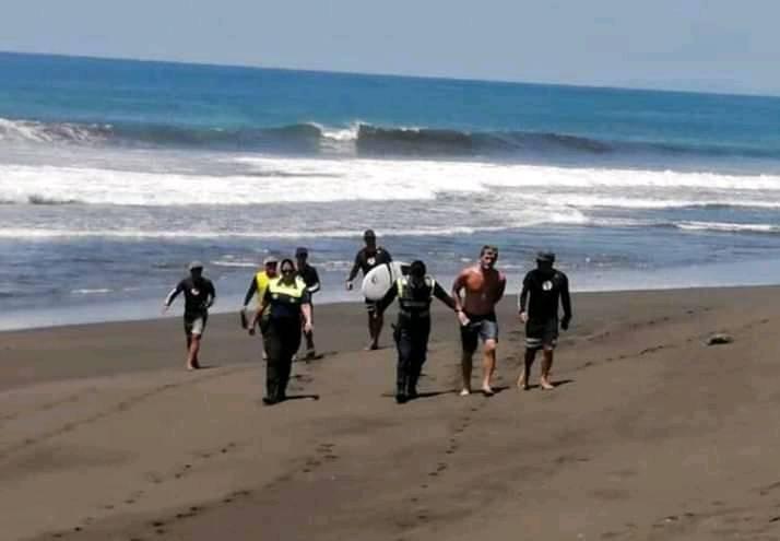 Policía de Garabito detuvo al surfista Noe Mar McGonagle por irrespetar orden sanitaria que mantiene cerrada las playas.