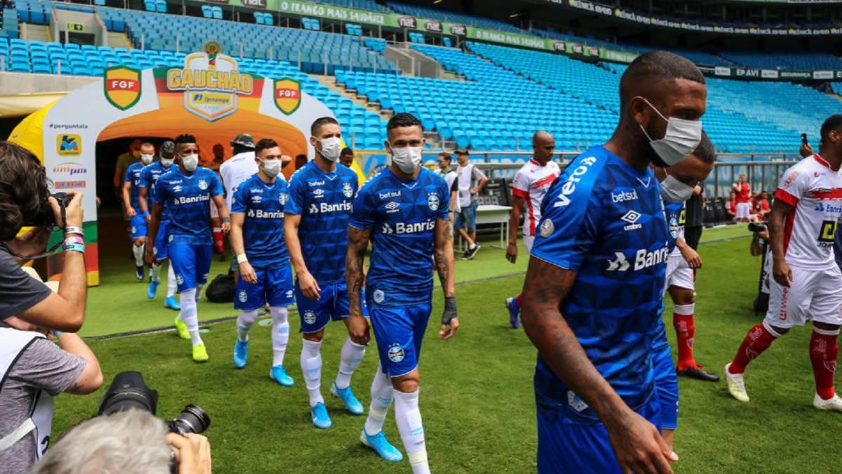 Virólogo belga lanza propuesta para reanudar las competiciones: futbolistas jugando con mascarillas especiales.