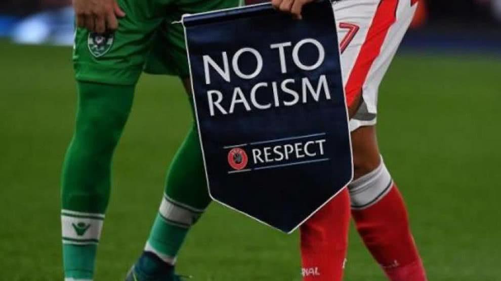 Federación Inglesa no sancionará protestas pacíficas de jugadores contra el racismo.