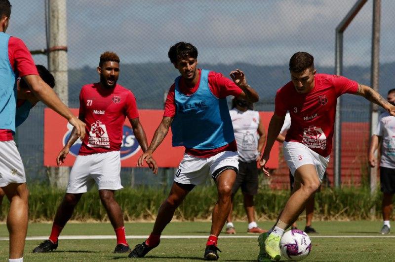"""Bryan Ruiz: """"Cuando decidí venir aquí no fue para jugar contra Heredia, Saprissa o Cartago que son los que normalmente están ahí arriba, sino para jugar fútbol""""."""