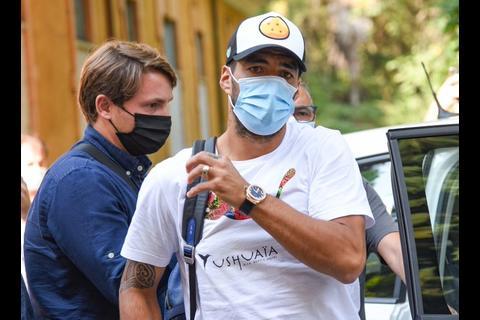 Luis Suárez es investigado por posible trampa para obtener pasaporte italiano.