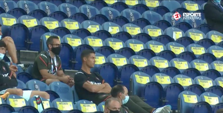 Llaman de atención a Cristiano Ronaldo por no usar mascarilla en medio de partido de Portugal
