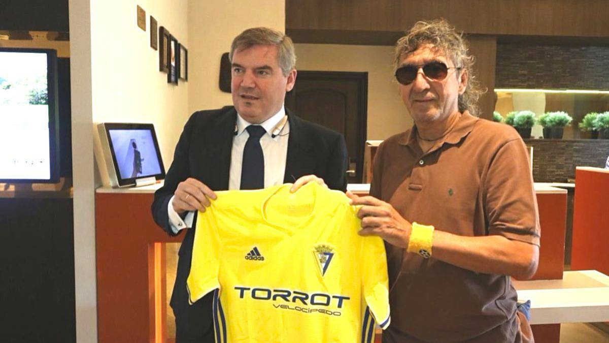 Presidente del Cádiz recuerda al Mágico como el mejor futbolista de la historia.