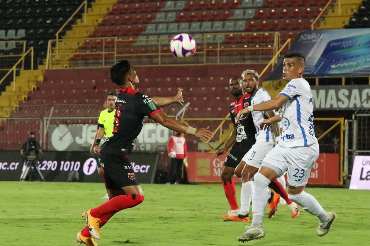 Alajuelense pinchó ante el colero y alimenta dudas previo al Clásico del fútbol de Costa Rica.