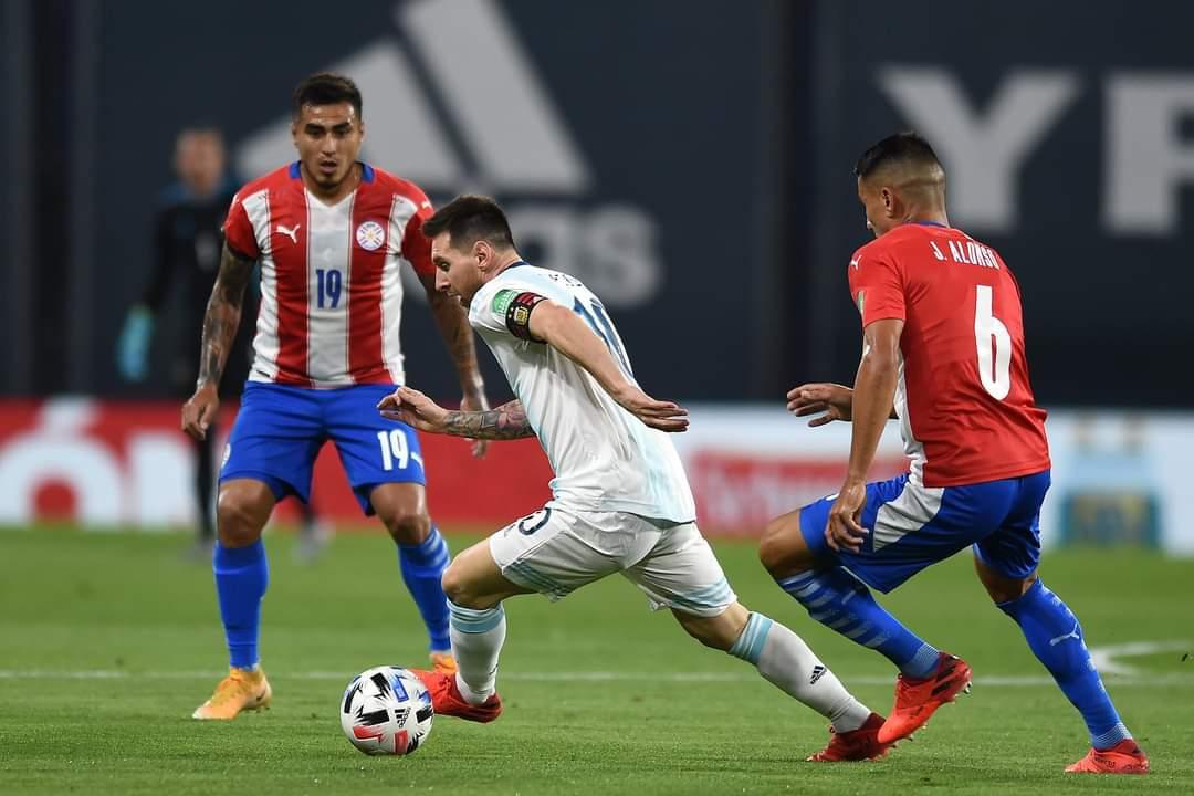 Argentina cedió puntos como local en un polémico partido ante Paraguay.
