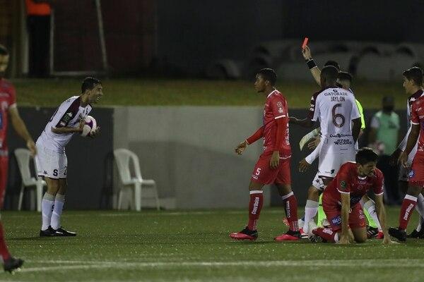 Tribunal Disciplinario exonera de sanción a Mariano Torres y castiga por simulación a jugador del Santos.